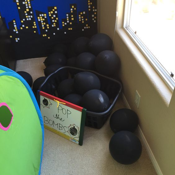Superhero party games-Diffused bombs with candy inside
