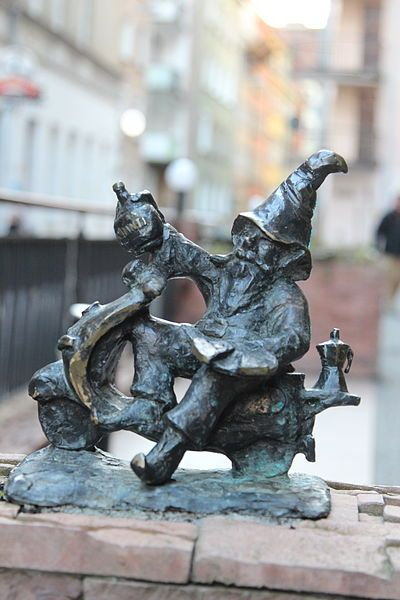 (Italiano) Wrocław is full of dwarves. They hide among the streets and narrow alleys, eluding the sight of passers-by