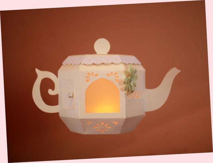 """Romantica lanterna-teiera sospendibile in stile shabby con pizzo ed intagli. Il nome del tavolo è anch'esso intagliato e la lanterna riporta un fiore con al centro uno swarovski da un lato e su un'altro lato una elegante """"porticina"""" che ci permette di inserire l'illuminazione, con un raffinatissimo particolare: il pomellino della porta realizzato con una perla swarovski...très chic"""