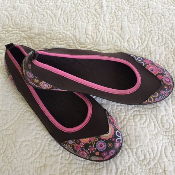 MUCK SHOES Floral SZ 7 Lightly Used These are lightly used MUCK shoes SZ 7. Great outdoor shoe for summer. Climb on rocks walk the beach, garden.  Wash in washing machine. MUCK Shoes Flats & Loafers