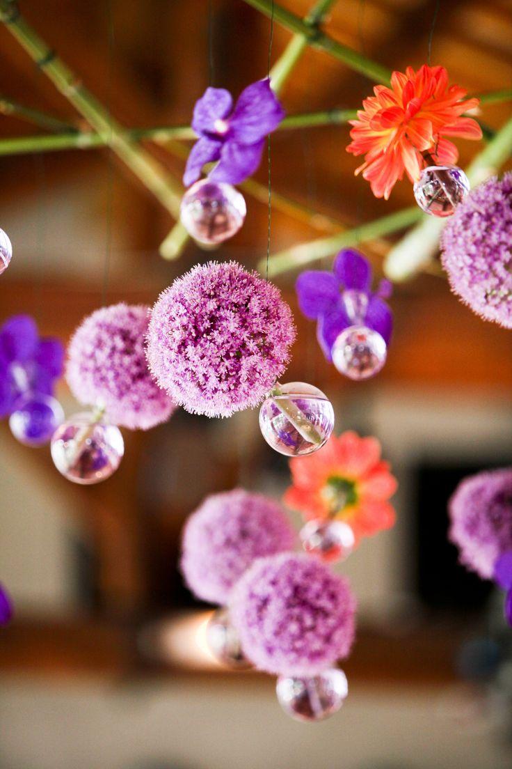 L'originalité et la vivacité de cette décoration florale donnera une touche unique à votre mariage. Les couleurs accentuées des fleurs seront à l'honneur avec cette décoration en suspension qui respire le printemps. Grâce aux soliflores, les fleurs tiendront sans aucun problème et habillera avec élégance n'importe qu'elle salle.