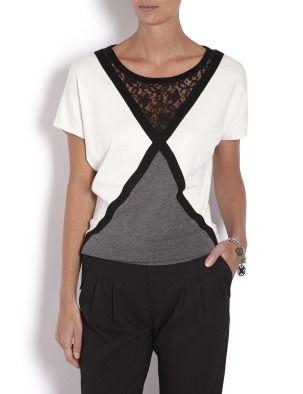 Пуловер прямого покроя с коротким рукавом и широкой облегающей резинкой на подоле. Вставка черного кружева под круглым вырезом с непрозрачной подкладкой. Материал: основная ткань: 79 % вискоза , 21 % полиамид
