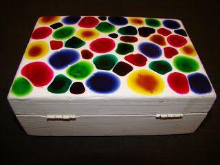 JACARELADO OU FALSO MOSAICO   Materiais:  * 1 caixa de madeira  * tinta branca  * tinta para superficie  * verniz vitral (nas cores que qui...