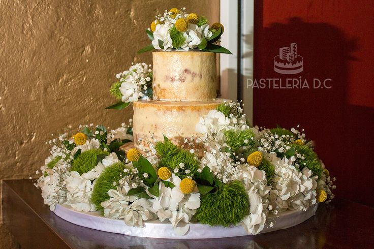 Torta semi-naked de 3 pisos para matrimonio decorada con grandes arreglos florales / 3 tier Semi-naked wedding cake decorated with huge floral arrangements.
