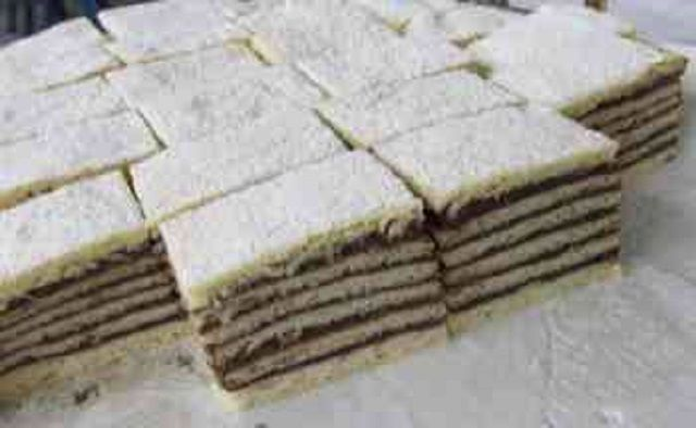 Nekem meg van a szalalkális recept, ezért közreadom: Ez a sütemény 2-3 napig garantáltan puha marad Hozzávalók a tésztához 60 dkg liszt 15 dkg cukor 1 cs. szalalkáli 1 ek. zsír 1/4 liter tej Hozzávalók a krémhez 25 dkg cukor, 1 liter tej, 2 dkg kakaó, 4 evőkanál liszt Elkészítése A lisztben a szalalkálit elkeverjük, …