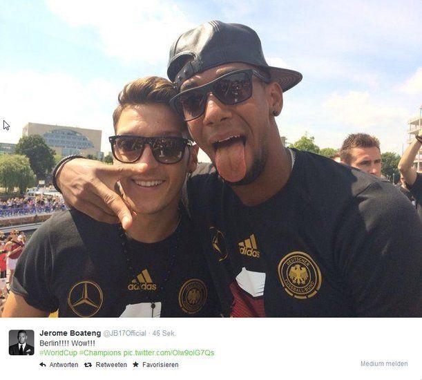Jerome Boateng posiert mit Mesut Özil