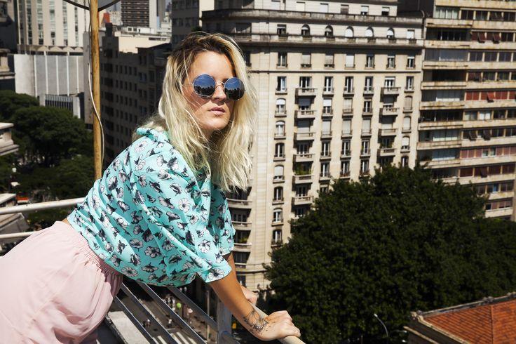 Não vivo sem, sonhar alto (estar no alto)  Foto: Leandro Mantovani  #nvs #glasses #look #ootd #moda #fashion #editorial #photoshoot #shoot #pink #shorts #flowers #girl #blondie #saopaulo #doalto #predios #antigos #arquitetura #design