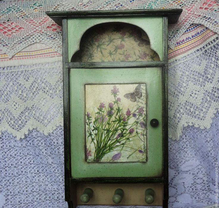 Купить или заказать Ключница ' Полевые цветы' в интернет-магазине на Ярмарке Мастеров. Ключница в технике декупаж в деревенском стиле.Милые полевые цветочки напоминают о лете.Ключница немного состарена, внутри шесть крючков , на оборотной стороне две…