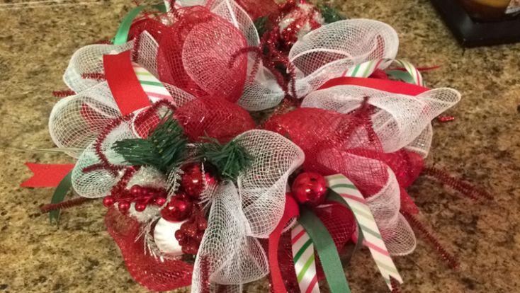 Hoy tengo para ti una hermosa decoración para tu hogar. Se trata de un bello centro de mesa con malla decorativa, es tan lindo que podrás lucirlo no sólo en la mesa, también en la chimenea, en una repisa… o incluso, será el regalo perfecto para una amiga. Materiales: Rollo de malla navideña en color …