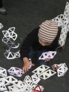 giocare con le costruzioni di carta..