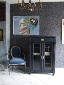 Bieliźniarka eklektyczna,francuski  fotelik. Antracytowe wykończenie połączone z niebieskim pluszem.