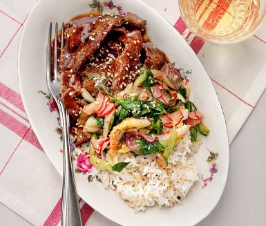 Lövbiff teriyaki med snabbkimchi är en orientalisk rätt med spännande heta smaker som sambal oelek, riven färsk ingefära och honung. Den saftiga lövbiffen steks i olja i en het panna tills den fått en härlig gyllenbrun färg där såsen hälls över mot slutet. Servera med ris och kimchi.