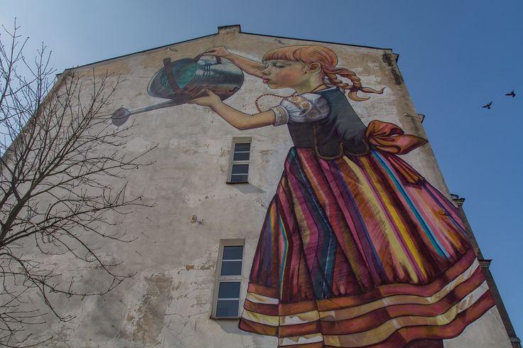 Kilka tygodniu temu zakończyło się głosowanie w którym wybierano miasto z najpiękniejszymi muralami. Wygrał Białystok. Nie dość że wygrał, to jeszcze zdeklasował krajowych rywali. A było ich aż jedenastu. Na stolicę Podlasia oddano prawie 45% wszystkich głosów, dokładnie 3770, druga Łódź zebrała ich odrobinę ponad dwa tysiące. To zadziwiające, ale murale powoli stają się wizytówkami …