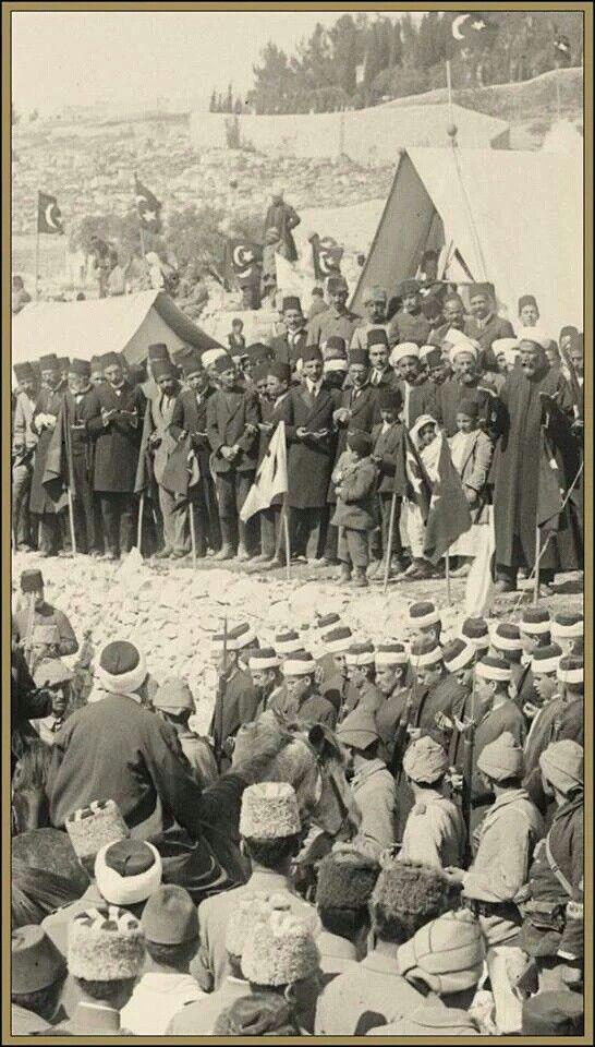Birinci Dünya Savaşı sırasında #Filistin 'de #Osmanlı 'nın zaferi için yerli halk ve askerler dua ediyor...