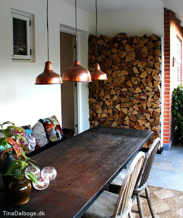 væg med brænde kobberlamper udendørs på ny terrasse tina dalbøge