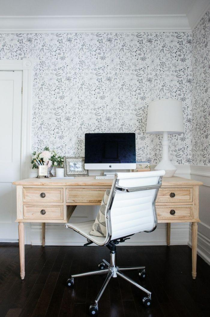Schreibtisch Aus Massivholz, Stuhl Mit Rollen, Weiße Nachttischlampe, Weiße  Tapeten Mit Blumenmustern