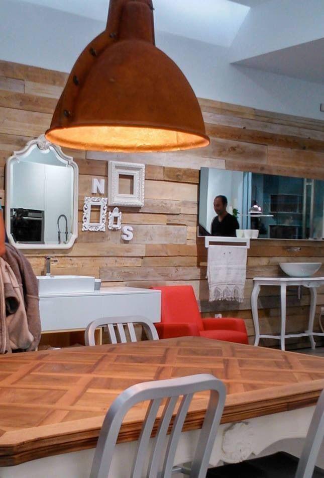 Mesa roble restaurada y lampara de fibra de vidrio