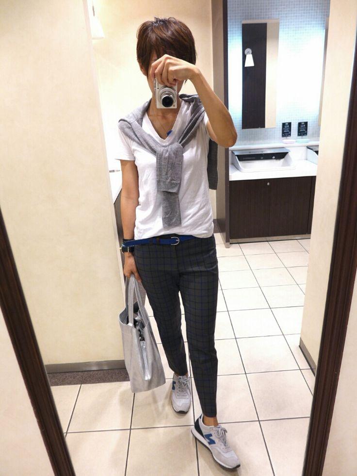 今日も大好きなボーイズスタイル。     カーディガンは/UNIQLO   Tシャツ/Gap   パンツ/Gap   バッグ/ジャーナル   靴/ニューバランス           ポイントで鮮やかなブルーを。        お待たせしました。   フェザーネックレス再販で...