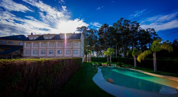 Vista del exterior del Hotel Dinajan de Vilagarcía de Arousa (Galicia). Piscinas de arena ha reformado el jardín y reconvertido una piscina rectangular aburrida en un paraíso de arena natural.  #piscinas #paisajismo #playa #hoteles #paraíso #diseño #jardín