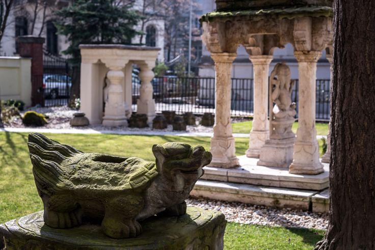 A legkisebb múzeumok nyomában – a Hopp Ferenc Kelet-ázsiai Művészeti Múzeum | WeLoveBudapest.com  Hopp Ferenc tehetős optikus-világutazó öt alkalommal utazta körbe a Földet, az útjairól hozott emlékeket és műgyűjteményt pedig Andrássy úti villájában mutatta be. Az épületre ráfér a felújítás, de a kert már most is egy kis oázis a belvárosi környezetben, a kiállítóhelyen pedig egy egészen kivételes tárlatot láthatunk.