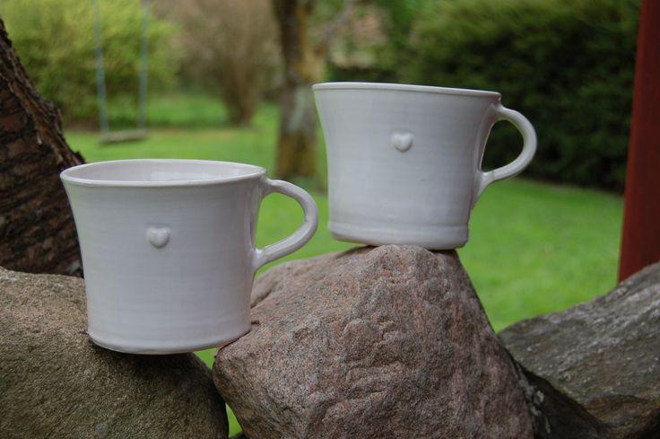 Tekoppar i serien Bultande hjärtan från Västergårdens keramik i Göteborg Teacups in the series Pounding hearts from West farm pottery in Gothenburg