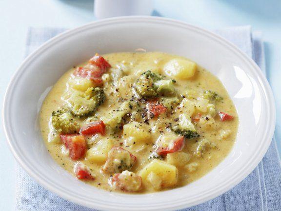 Rezept: Kartoffel-Brokkoli-Suppe mit Paprika - super easy und lecker! (Abwandlung: Speckwürfel statt Paprika, Gemüsebrühe statt -fond, Brokkolistamm ebenfalls kleinschneiden und mit Kartoffeln mitkochen)
