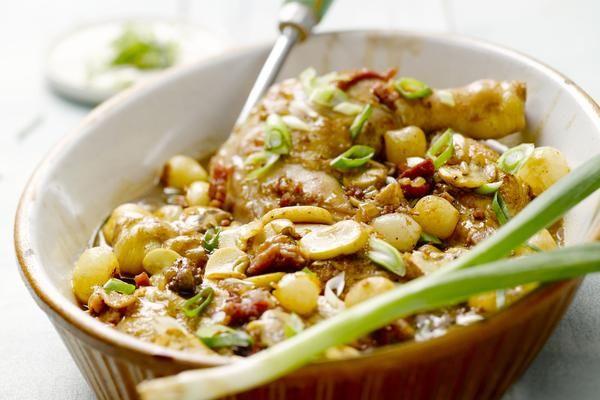 Heerlijke Coq au vin: Ingrediënten: 1 kip 300 g ham, in blokjes 500 g champignons, in plakjes 1 ui, fijngesnipperd 20 zilveruitjes 2 sjalotten, fijngesnipperd 4 lente-uitjes, in ring