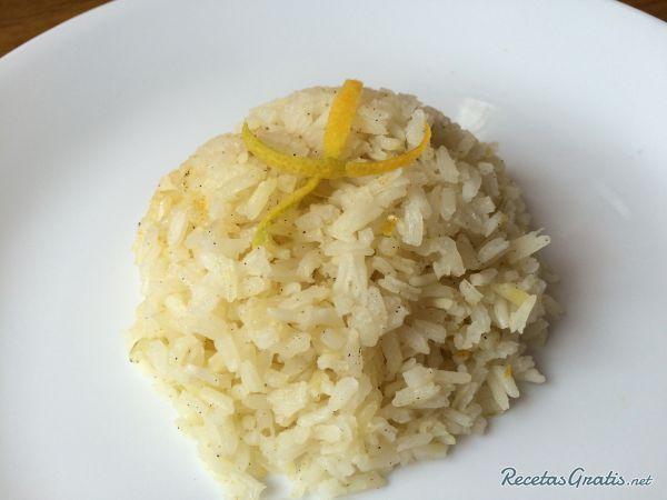 Arroz con cardamomo y naranja. Aprende cómo preparar arroz con cardamomo y naranja y disfruta de un plato de arroz diferente y original.