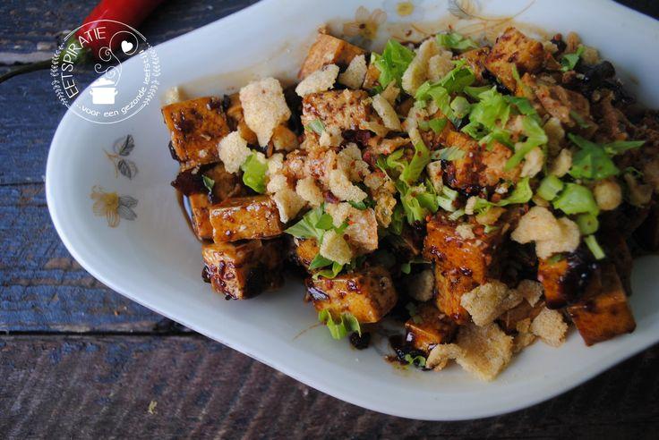 Dit gerecht met tahoe is geheel vega(n). Het is snel gemaakt en je hebt weinig ingrediënten nodig. Lekker simpel met rijst en komkommersalade.