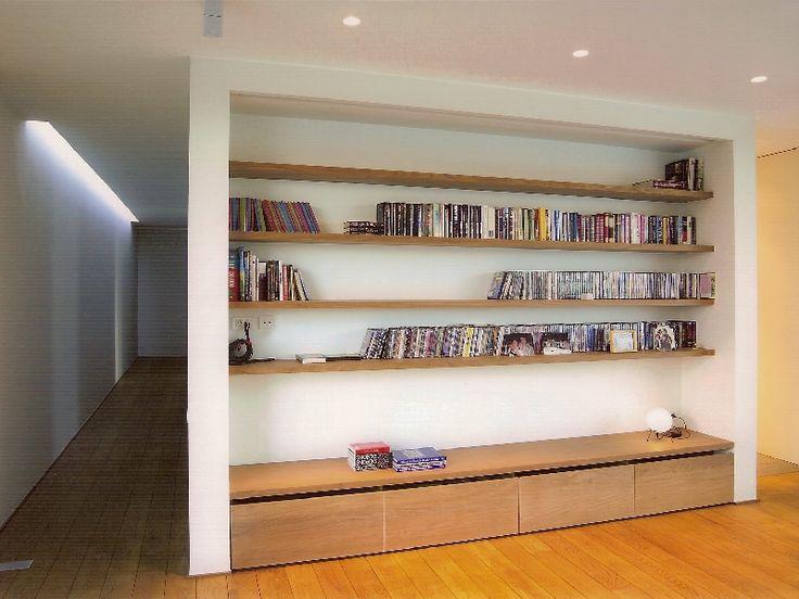 Een villa tussen de rijwoningen • Logica Architectuur (nieuwbouw • modern • leefruimte • boekenrek • houten liggers • spots • houten vloer)