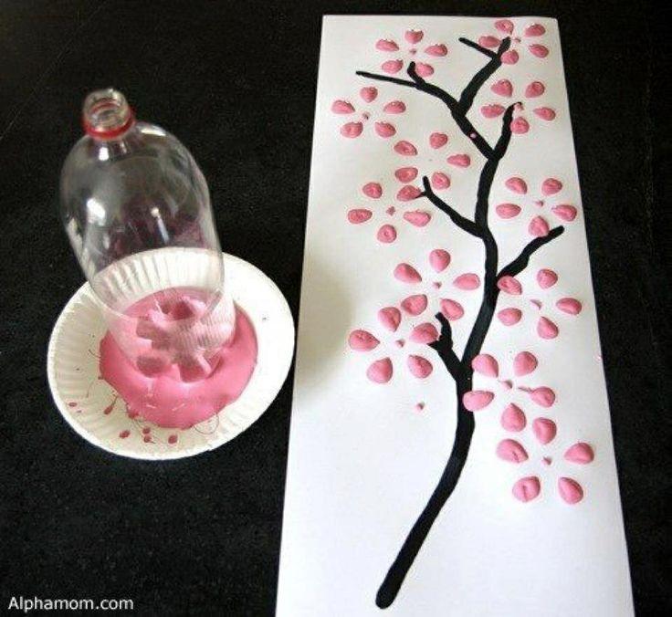 Flaschenboden in Farbe tunken, damit Blüten an Zweige malen