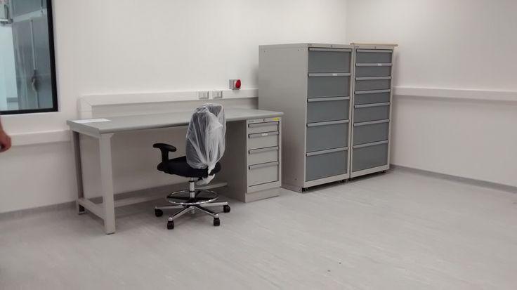 Escritorio ESD, silla ESD y Gabinetes de 5 y 7 cajones respectivamente