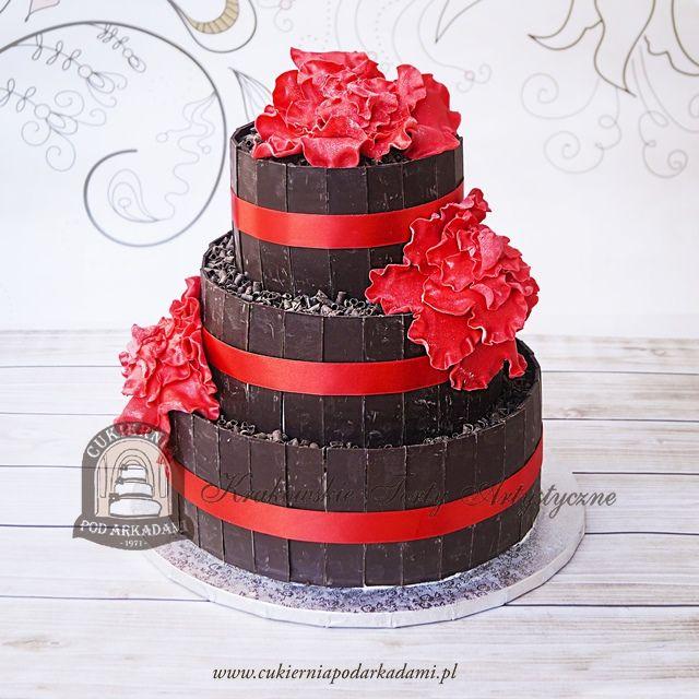19BW Tort weselny z tabliczkami i wiórkami gorzkiej czekolady i czerwonymi kwiatami z masy cukrowej. Wedding cake docorated with bars of dark chocolate and sugar flowers.