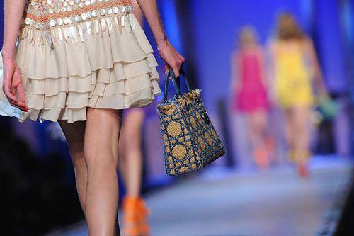 Uma vez utilizado para o armazenamento de protetor solar e toalhas de praia após um longo dia no saco de praia palha tornou-se hoje um acessório para ser usado durante todo o dia, à noite incluídoOs sacos de palha para o verão 2015 Espaçoso, prático, colorido e na moda, são os sacos de...