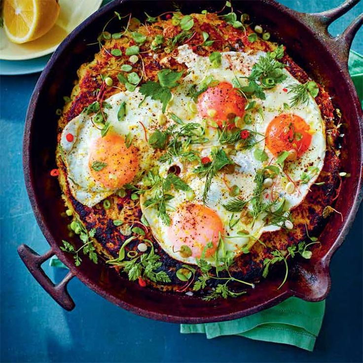 Een ei hoort er bij! Deze hartige aardappelkoek met gerookte haring, eieren & kruiden is heerlijk voor de lunch. 1 Verwarm de oven voor op 170 °C.Kook de aardappels 20 minuten in een pan water met wat zout, of tot ze zacht zijn. Voeg de...