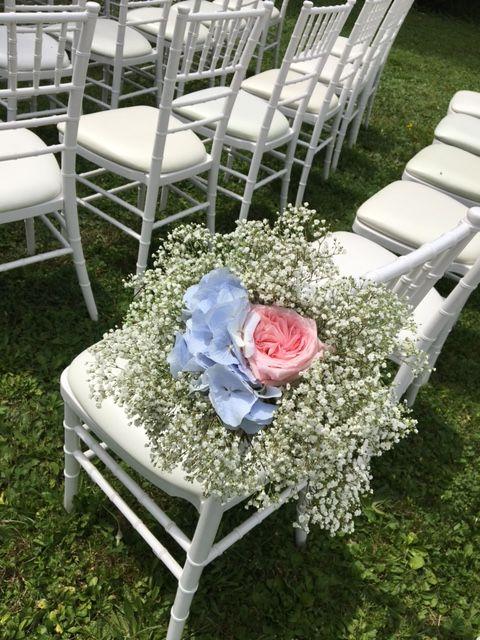 Domaine des Cèdres, Cérémonie laïque en extérieure, Décoration Florale sur les chaises, rose, gypsophile