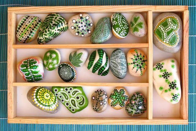 Piedras pintadas en verde / Painted stones in green