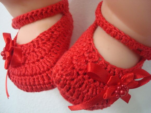 sapatilha feita a mao em croche com linha 100% algodao de otima qualidade.TAMANHO;RECEM NASCIDO.COR;VERMELHA. R$ 23,00