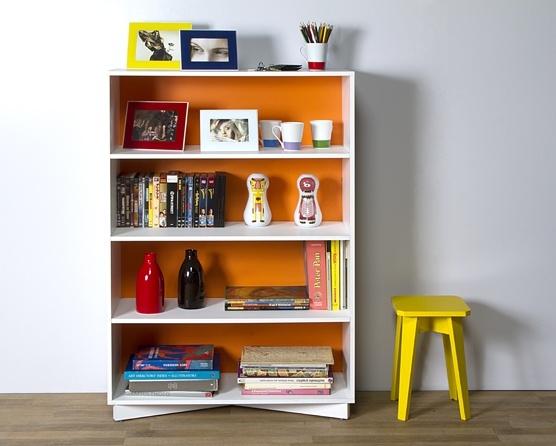 """A Estante Murat é executada em MDP com acabamento em BP, mais resistente a riscos, arranhões 127x86 é perfeita para armazenar livros e expor objetos em diferentes ambientes , como office, quarto e sala. Com fundo """"dupla face"""", permite que você customize a sua estante com fundo branco ou laranja. Sua sapatas reguláveis se ajustam a possíveis irregularidades do piso para que a estante esteja sempre nivelada. Com quatro nichos de alturas fixas e diferentes cores - na opa 619,00"""