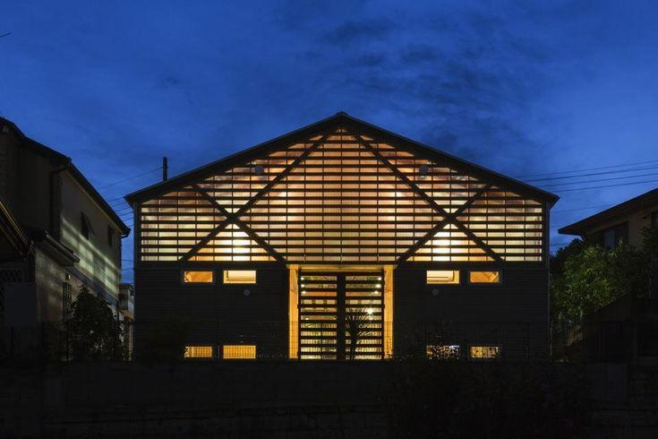 室内の光が行燈のように灯る夜景(『外・〈外〉・《外》』家の中に家がある!) - 外観事例|SUVACO(スバコ)