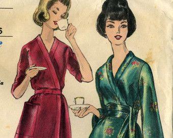 Vintage anni  50 Vogue 9735 Misses UNCUT Hostess gonna e sottoveste con profonda piega scatola Sewing Pattern  Vita 26, Hip 36.  Gonna a ruota in due lunghezze ha pieghe box profondo anteriore e posteriore. Pieghe anteriore attraversano a linea di cintura. Largo a forma e stretta cintura dritto. Quattro incornato sottoveste anche in due lunghezze.  Presenti in campionario di Vogue, agosto-settembre 1959  Pattern è UNCUT/fabbrica piegata con istruzioni, copyright 1959.  La busta è in fier...