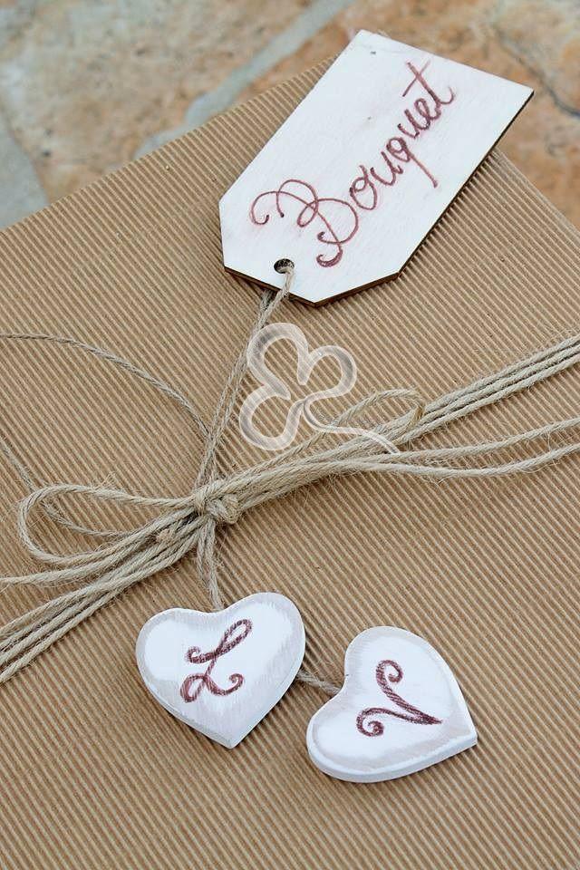 La tradizione vuole che la consegna del bouquet alla sposa sia fatta dalla madre dello sposo presso la casa della sposa la mattina delle nozze.