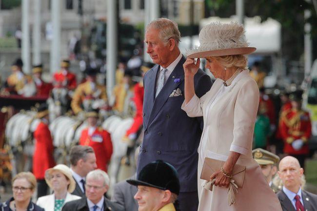 Letizia y la reina Isabel II pusieron el toque de color a un día nublado en Londres.
