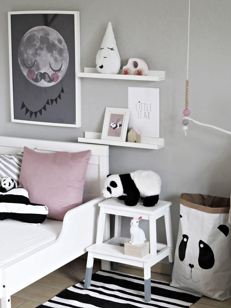 Sice má Maruška v pokoji vestavnou skříň s dostatkem úložného prostoru, takže většině by přišel nápad  se závěsným věšákem naprosto zbyteč...