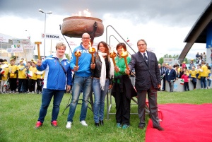Gli olimpici accendono il tripode nella cerimonia d'apertura dei Giochi del Veneto di Caorle 2013