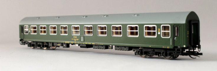 Az Y/B70 modellekkel a Kuehn nagyot húzott, a jól sikerült alap rengeteg festéssel eladható. A múlt héten a magyar vasúttársaság színeit, ezen a héten a Cseh és Csehszlovák személykocsikat vettük sorra. Az utolsó darab, mielőtt végképp megunnánk a dolgot a másod osztályú kocsi.