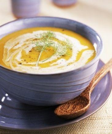 Hustá dýňová polévka  Ingredience (pro 6 osob):  1 kg dýně  1 brambora  1 cibule  30 g zázvoru  1 polévková lžíce oleje  750 ml zeleninového vývaru  150 ml smetany na vaření  sůl  skořice  pepř    Příprava:   Dýni opláchněte, rozpulte a vydlabejte dužinu. Nahrubo ji pokrájejte. Oloupejte bramboru i cibuli a nakrájejte. Oloupejte i zázvor a najemno nasekejte. Ve velkém hrnci rozehřejte olej. Osmahněte na něm dýni, cibuli, bramboru, přidejte vývar a zázvor. Všechno pak 20 minut povařte…