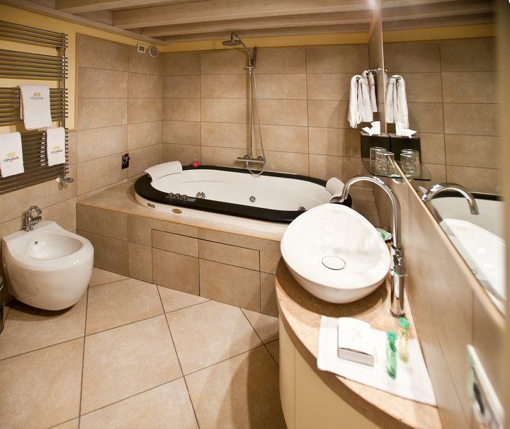 Baignoire balneo Jacuzzi® encastrée. Une des suites de l'hôtel Il Sogno di Giulietta, Verone, Italie