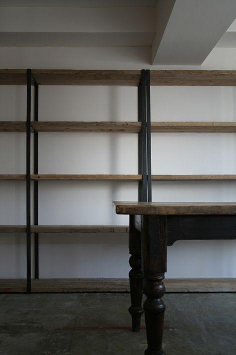 adlab2 棚板は荒々しく厚い古材を用いました。フレームの黒いスチール角鋼と組み合わせ、ハードな印象になりました。アンティークのテーブルとの相性がとてもよかったです。    本棚 棚板:古材 / フレーム:スチール角鋼 焼付け塗装仕上 size:w3800 . d400 . h1830