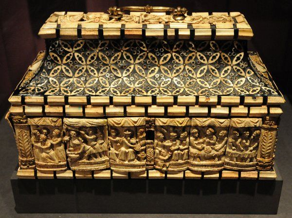 Das Schmuckkästchen diente weltlichen Zwecken, bevor die Reliquien des böhmischen Landespatrons Sigismund darin eingelegt wurden. Karl IV. erwarb es entweder während seiner Italienreise 1355 oder in den 1360er Jahren. Bilder: Kusch